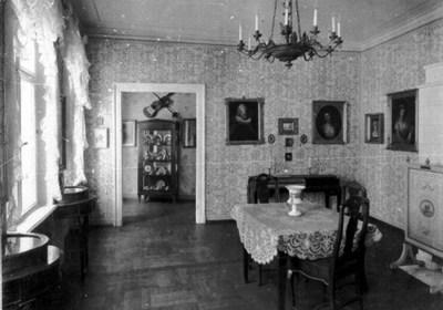 Krnermuseum Dresden Wohnzimmer Mit Durchblick Auf Ein Nebenzimmer Ber Der Vitrine Befand Sich Die Gitarre Aus Dem Besitz Und Nachlass Christian